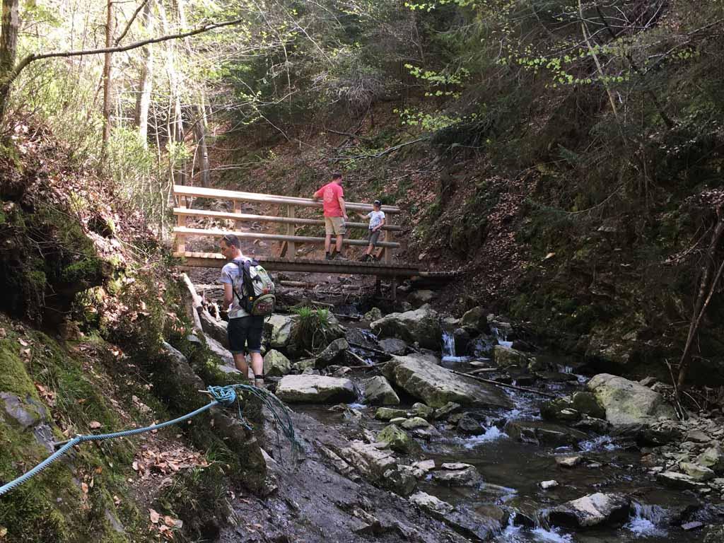 Wandelen in de Ardennen met kinderen is heel veel bruggetjes oversteken