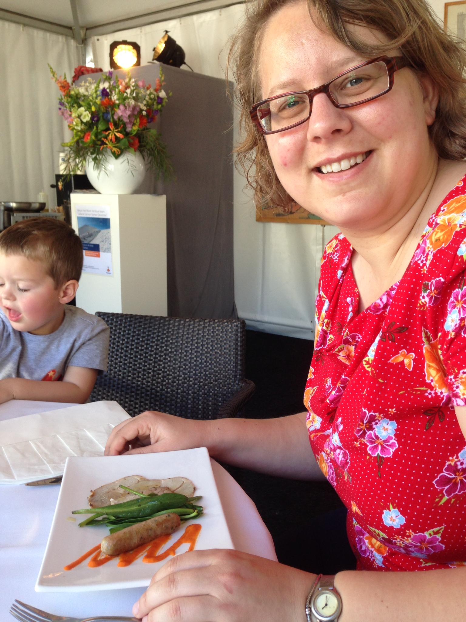 Smullen bij restaurant Theater Bouwkunde: rollade van Kamperlam en 'home made' lam-venkel worstjes, coulis van paprika