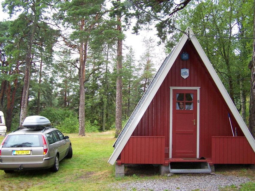 Een driehoekige kampeerhut in Noorwegen (Halden). Twee bedden op de begane grond en twee bedden in de nok.