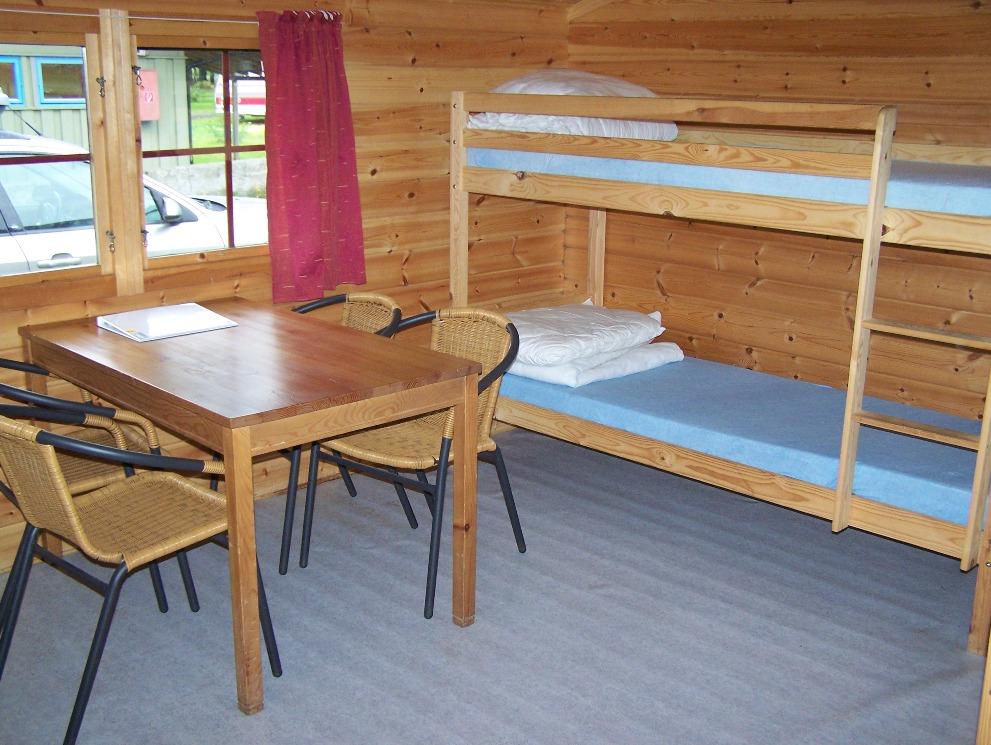 Het interieur van een kampeerhut op een camping nabij Oslo. Twee stapelbedden, een tafel met stoelen. Op deze camping was er een gezamenlijk keuken waar we gebruik van konden maken.
