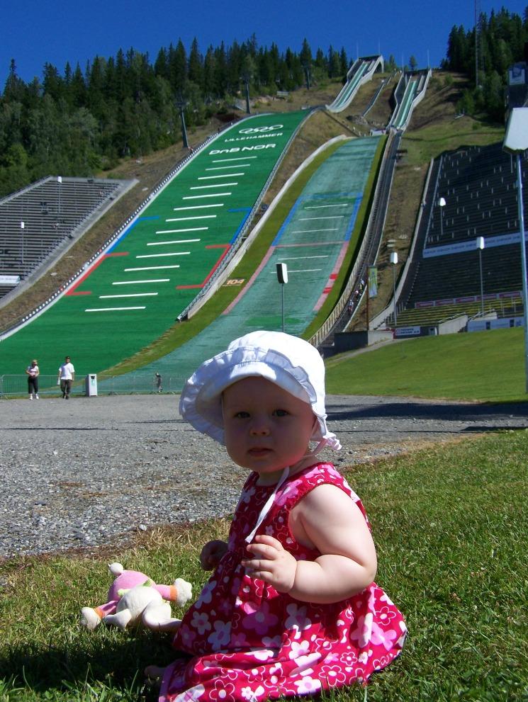 Relaxen onderaan de skischans van Lillehammer. Fascinerend om te zien hoe de schansspringers naar beneden gaan (ook in de zomer!)