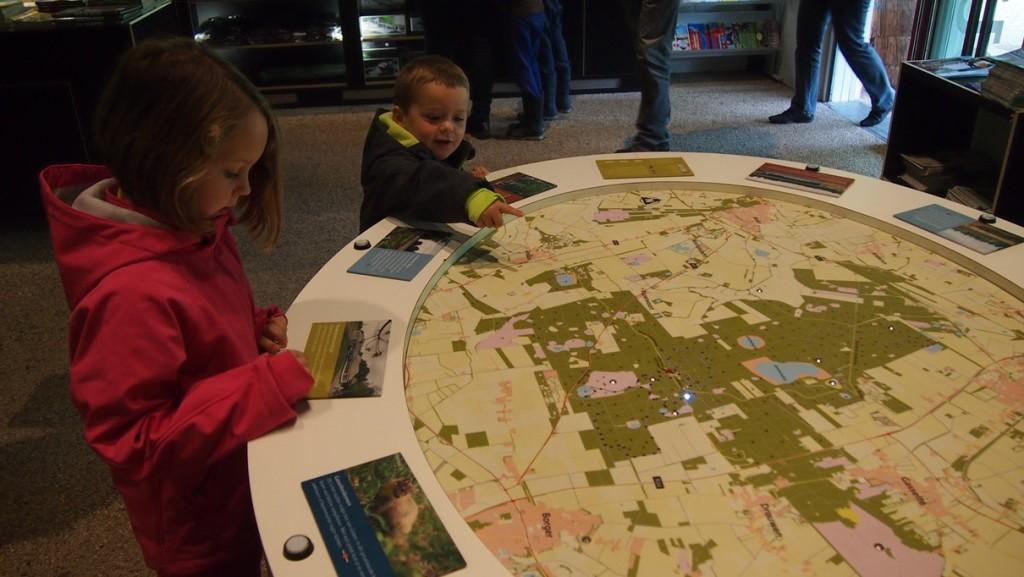 Gebogen over de kaart in het informatiecentrum van Boswachterij Gieten Borger