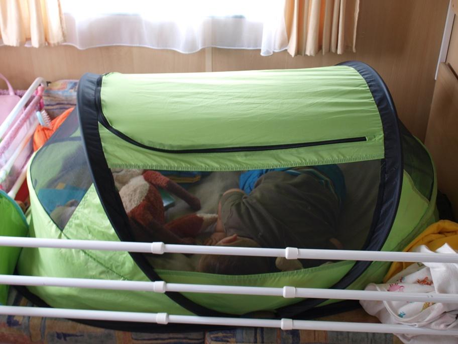 Lekker en veilig slapen in de Deryan Travelcot in de caravan