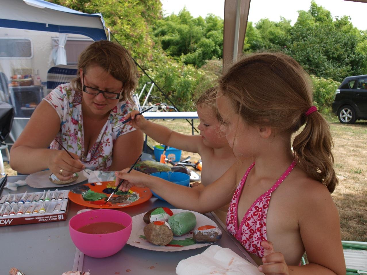 Vakantie met kinderen, kamperen met kinderen, kids er op uit, stenen schilderen, creatief met stenen
