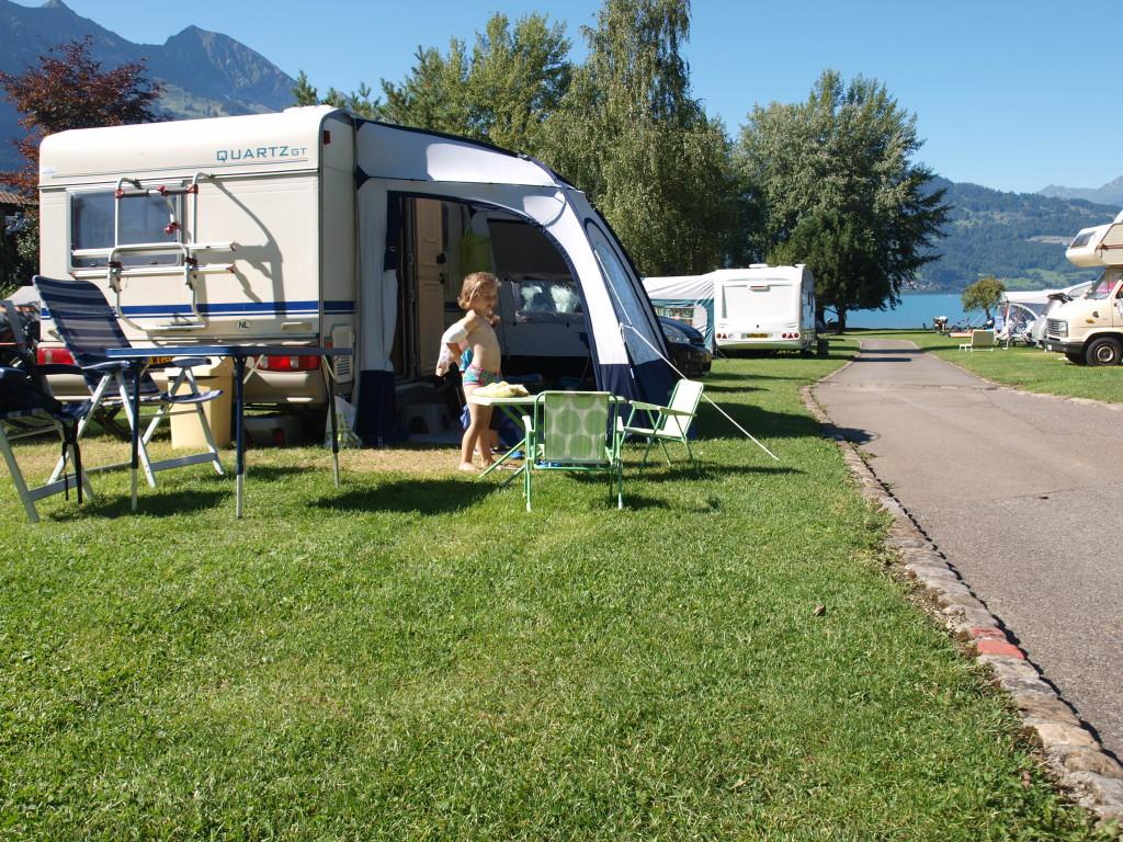Onze ex-caravan: de Beyerland Quartz. Op deze foto met onze kleinere trekkersvoortent.