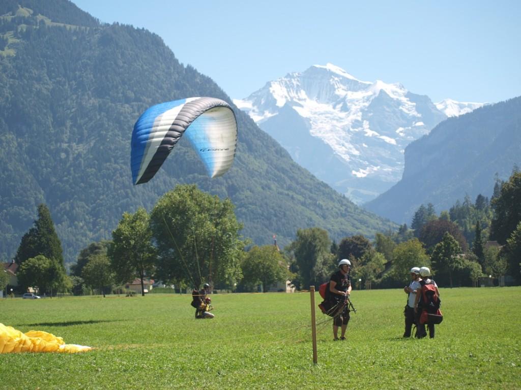Paragliders landen midden in Interlaken: indrukwekkend!