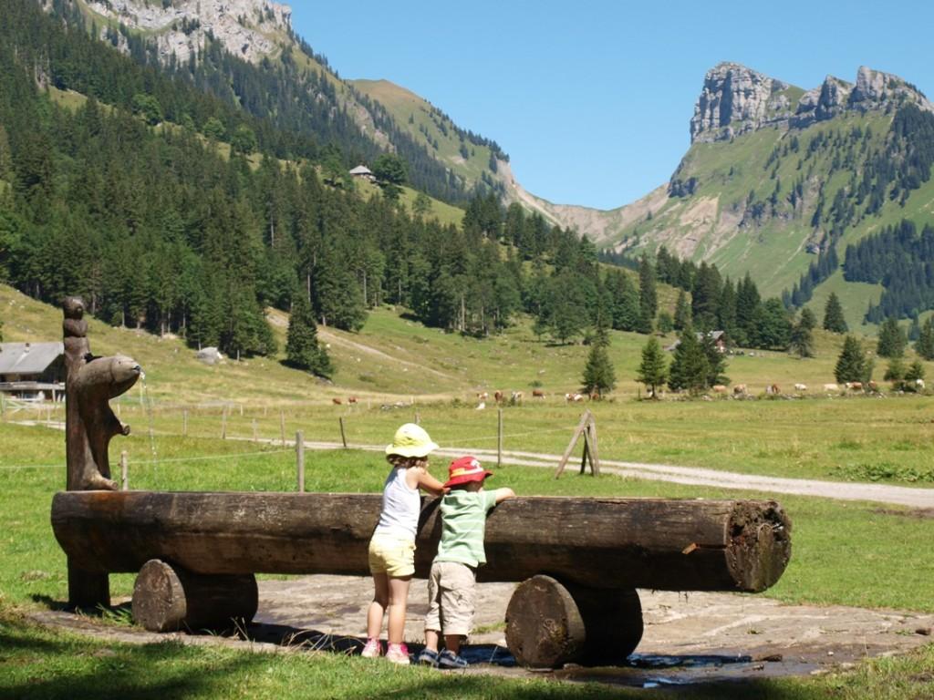 Het geasfalteerde wandelpad eindigt bij een mooi dal, met picknicktafels en een waterpomp