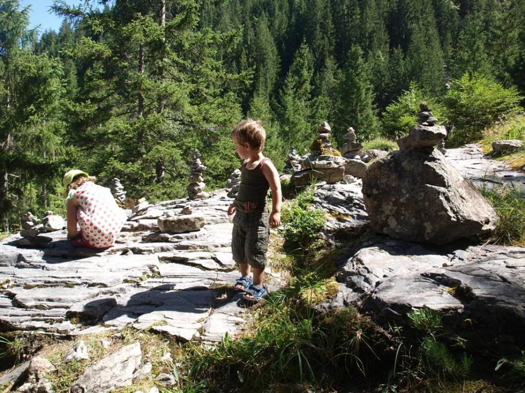 Stenen stapelen tijdens de klim omhoog bij de gletsjerslucht van Grindelwald.