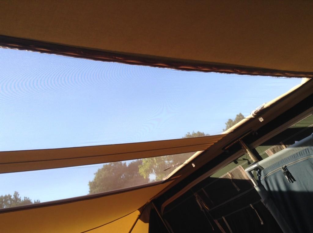 Daar is over nagedacht: het dakraam dat er voor zorgt dat warmte snel uit de vouwwagen gaat.