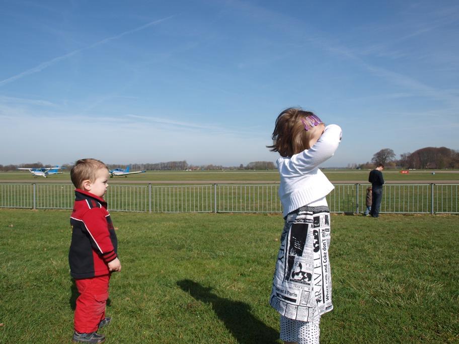 Hoog in de lucht kijken en wachten op de parachutisten