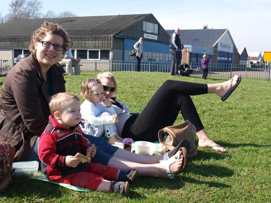 Picknicken bij de kleine helling op het spottersveldje van Teuge.