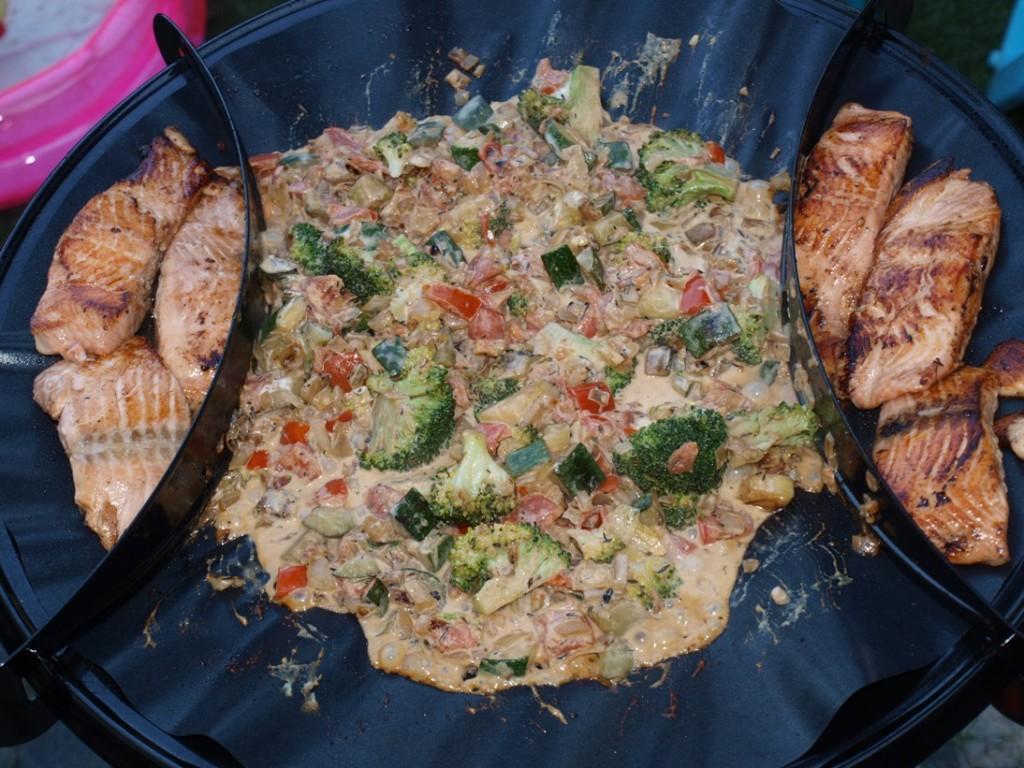 Terwijl het groenteprutje nog even wordt opgewarmd, worden de zalmfilets aan de zijkant warm gehouden