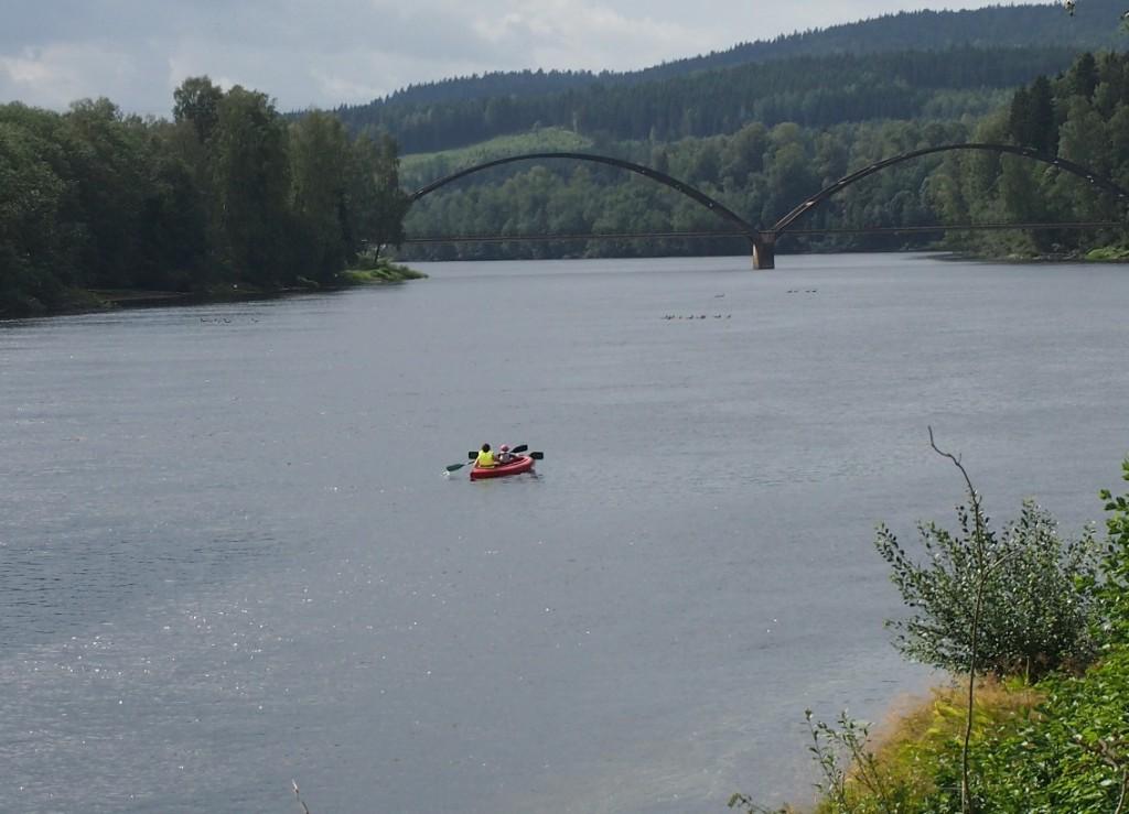 Wat lijkt zo'n kano klein op deze brede rivier...
