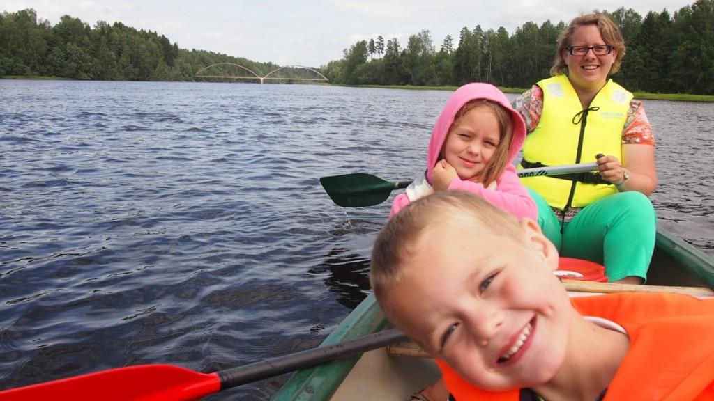 Zelfs na 13 kilometer kanoën op de Klaralven blijven ze lachen. Stelletje fanatiekelingen!