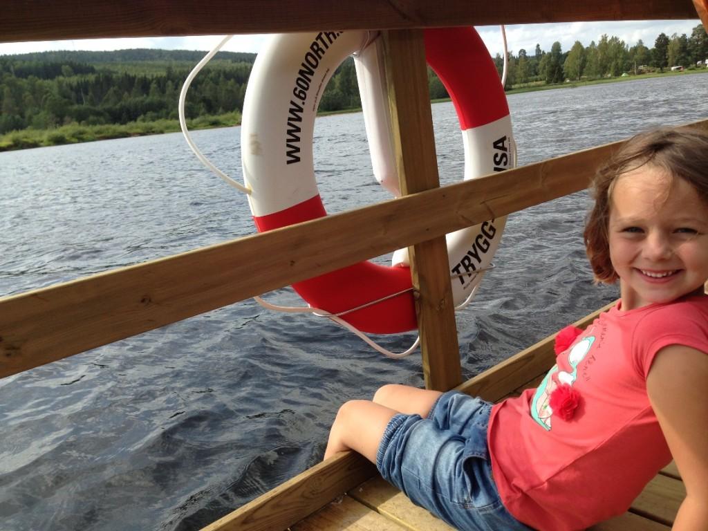 Chillen tijdens het vlot varen: Maureen met haar voeten in het water.