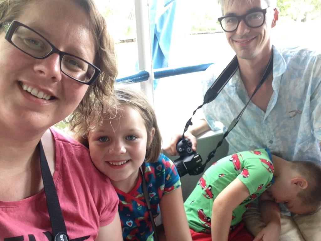 Family-selfie op de boot. Camiel doet een dutje.