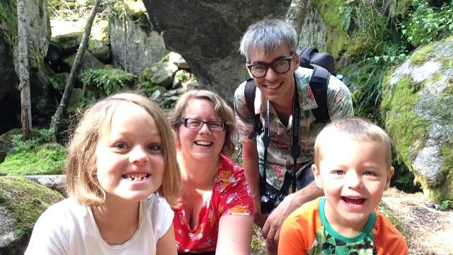 Say cheese! Familie-selfie bij Stenkalla, inclusief het fietsenrek van Maureen....