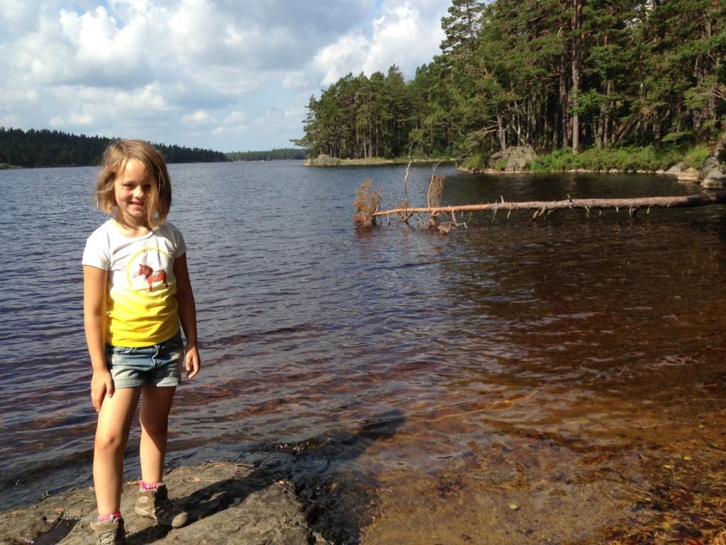 Maureen bij het meer, dit is Zweden uit de boekjes.
