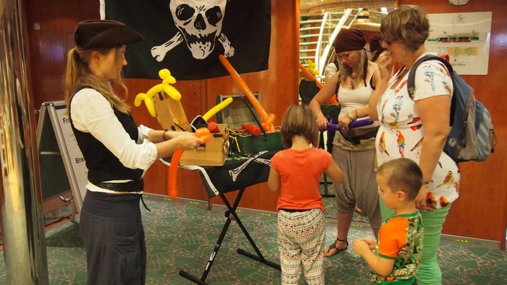 Speciaal ontvangst bij TT-line voor kinderen. Twee piraten knutselen een ballon-figuur en delen chocolademunten uit. Dat is ontspannen reizen naar Zweden!