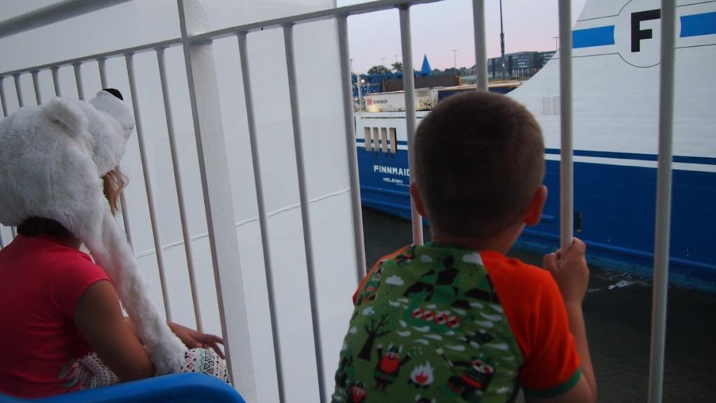 Vanaf onze TT-line ferry kijken naar de activiteiten in de haven.