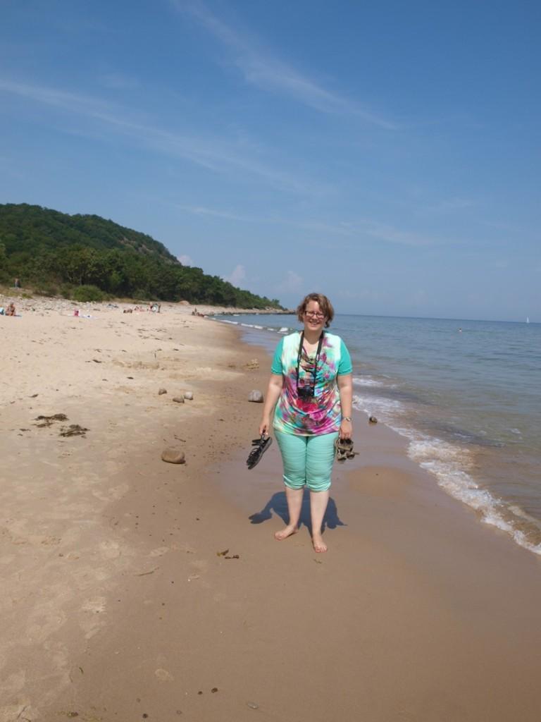 Eerst stonden we boven op de heuvel, nu lekker afkoelen op het strand.