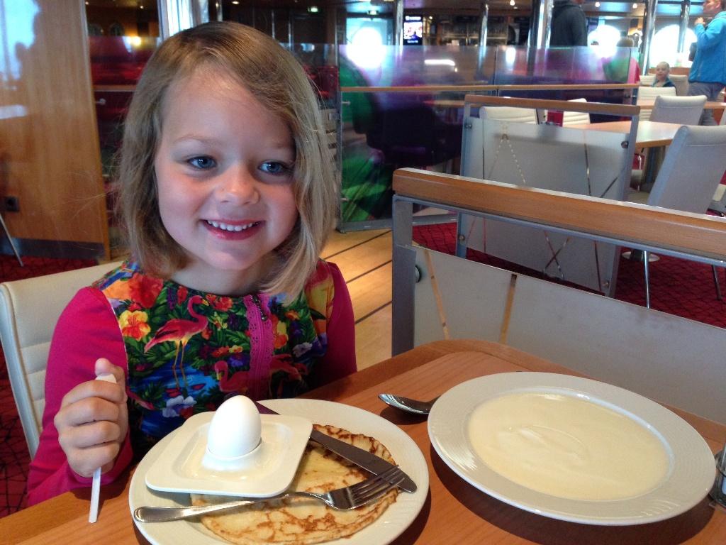 Glimmende oogjes bij het ontbijt. Maureen genoot van pannenkoek, gekookt ei en yoghurt.