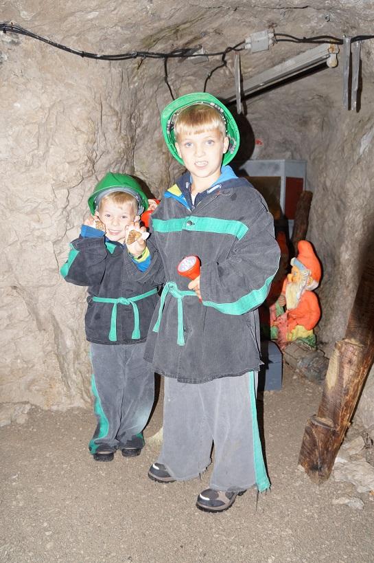 vakantie met kinderen, kids er op uit, mijnwerker, kleding, donker, koud, vochtig, dwergen, trein, schat