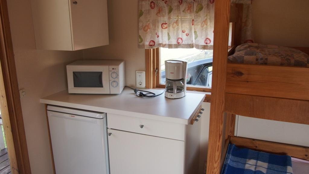 Een mini-keukentje: met magnetron, zonder kookplaat.