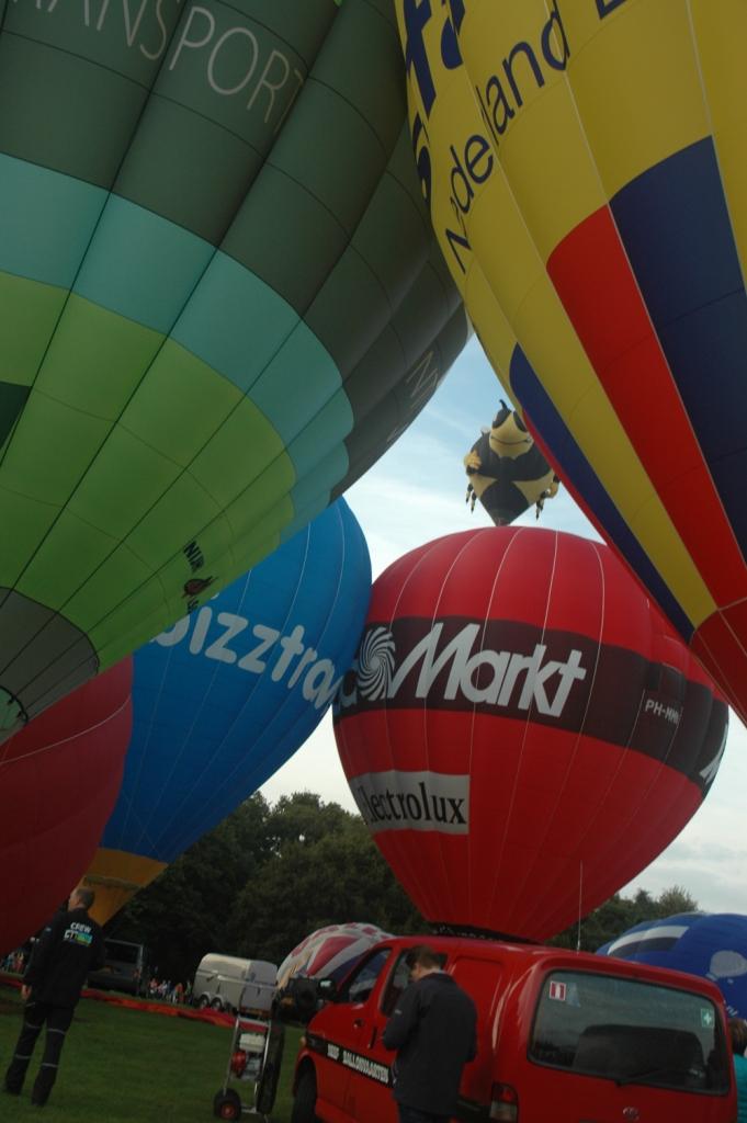 Luchtballonnen, waar je maar kijkt tijdens Twente Ballooning.