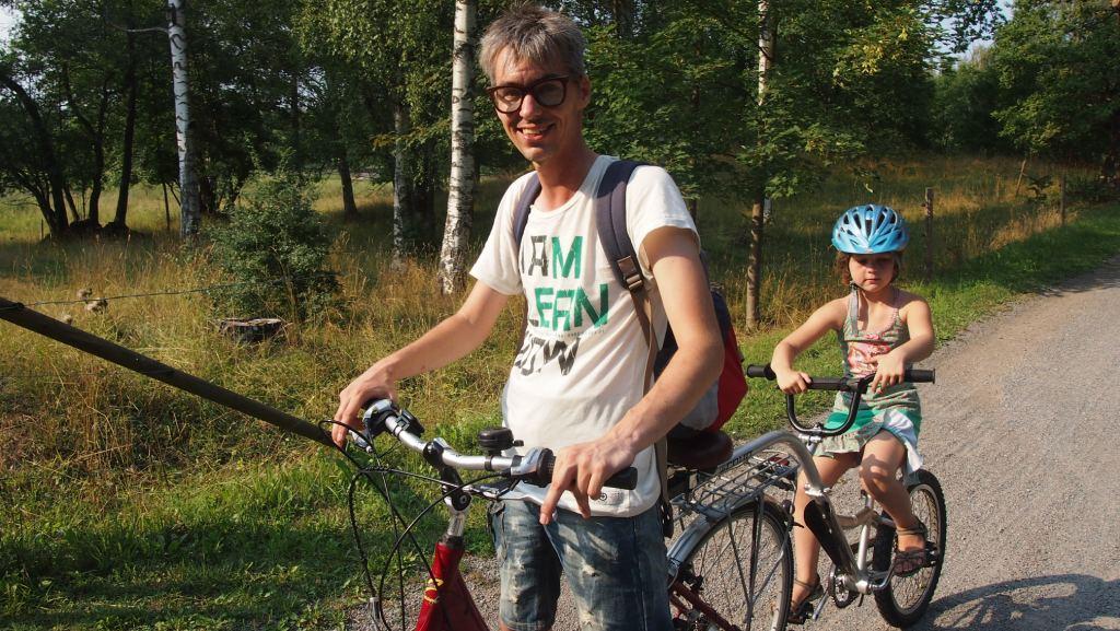 Tijdens de vakantie in Zweden gingen we fietsen met kinderen op een aanhangfiets.