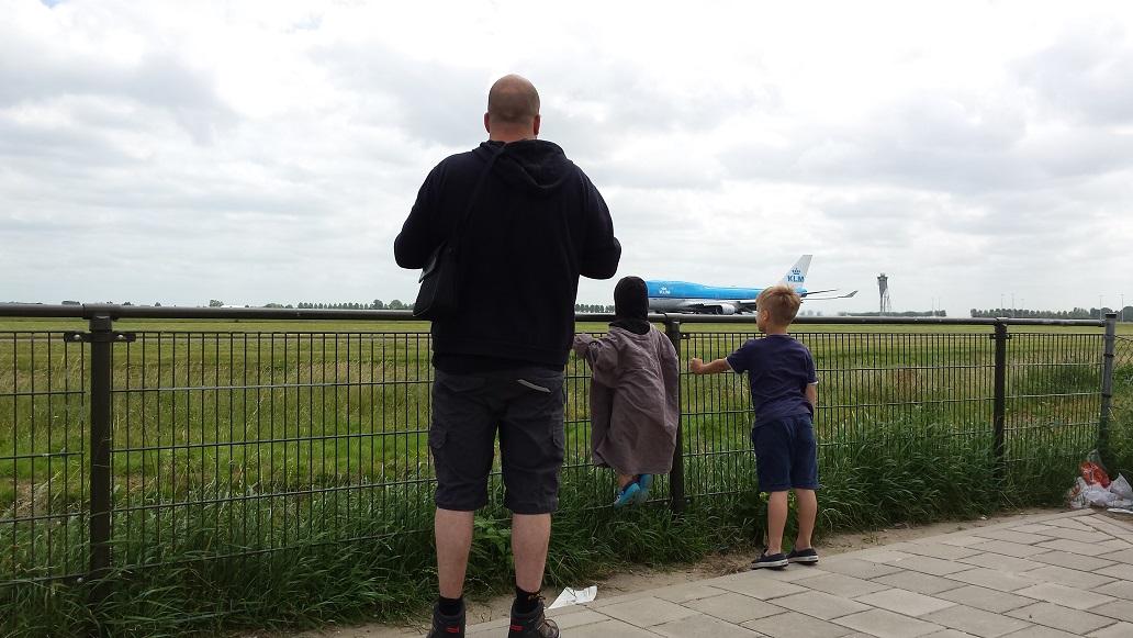 vliegtuigen, vakantie met kinderen, kids erop uit, schiphol, low-budget, spottersplaats
