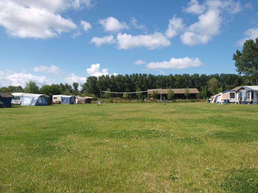 Camping De Oosthoek: wij stonden 3 weken op dit veld (linker rij, een na achterste caravan).