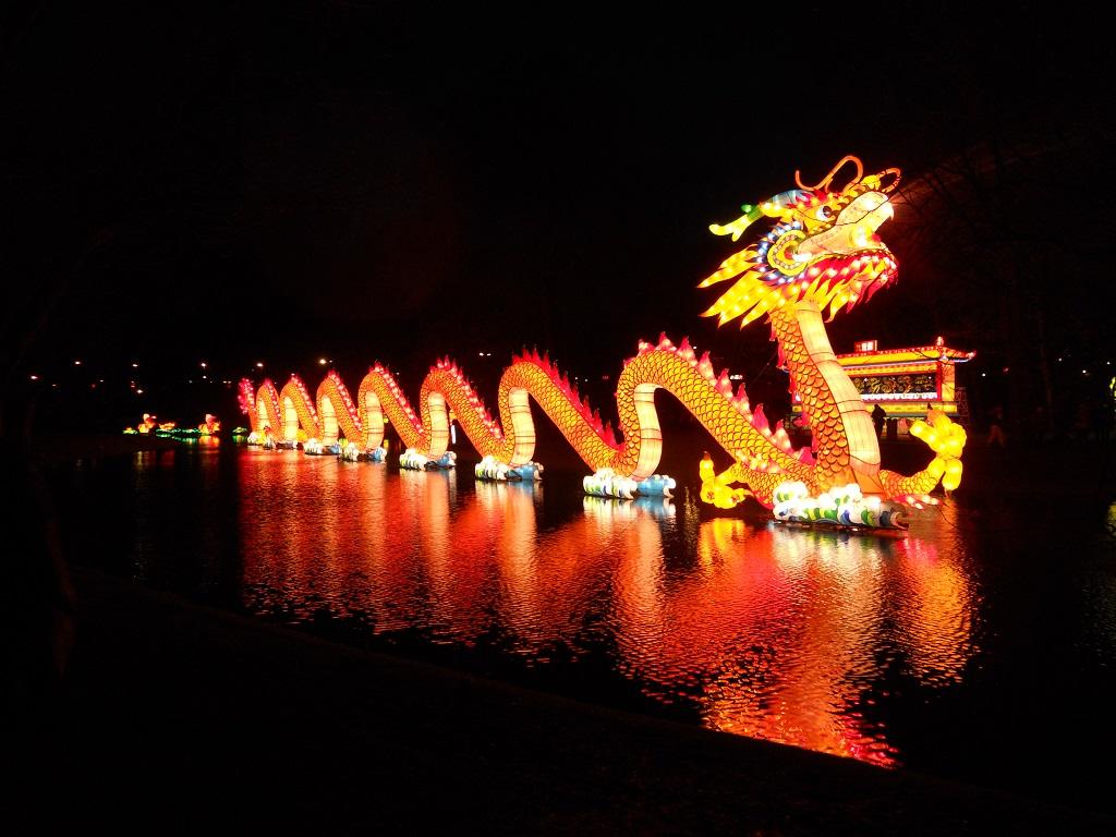 Chinese draak is aanwezig. Ronduit indrukwekkend met de lichtjes aan.