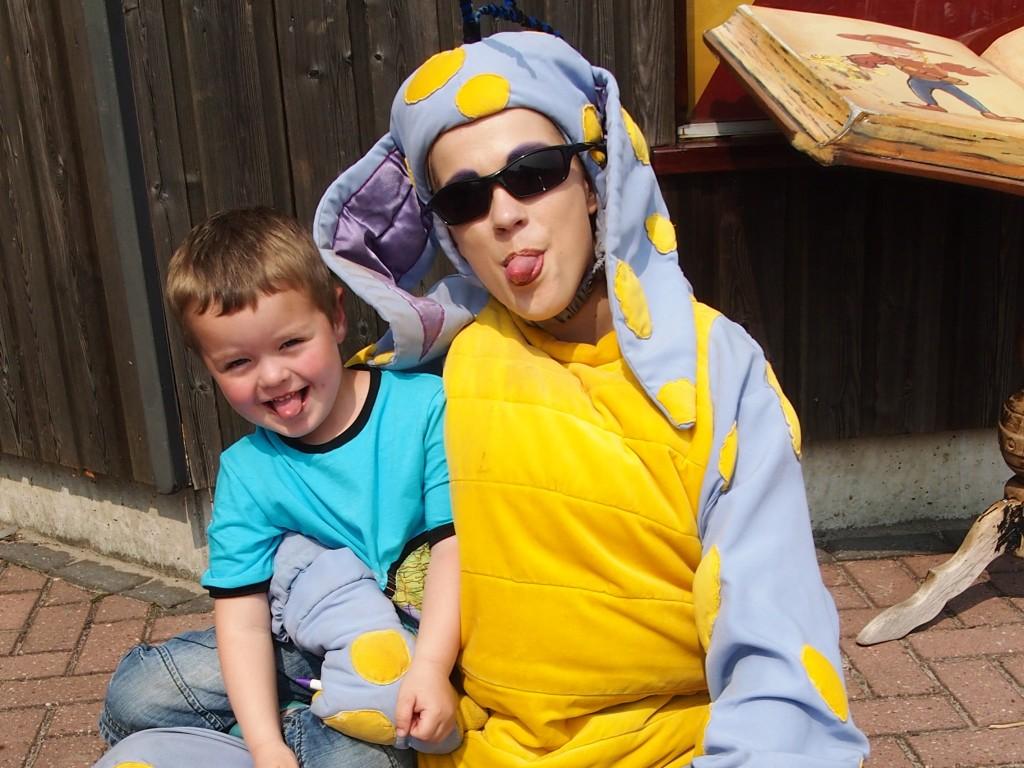 Camiel met Droesem de Draak op de Sprookjescamping.