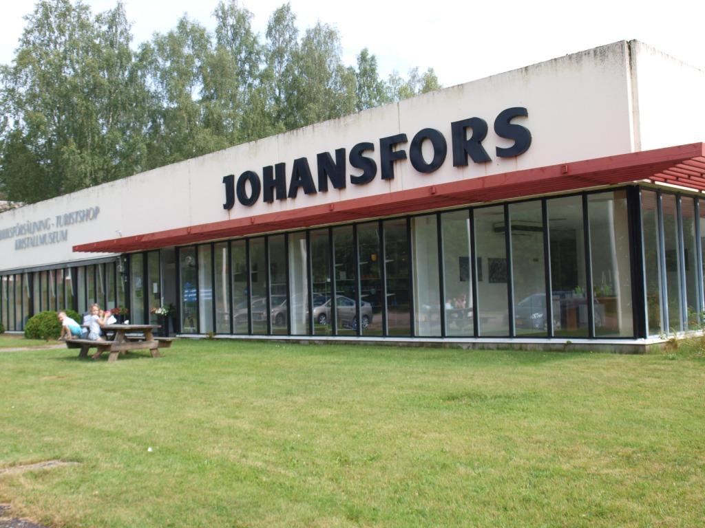 Bij de glasblazerijen van Johanfors is alleen een gigantische grote en sfeerloze toeristenwinkel open.