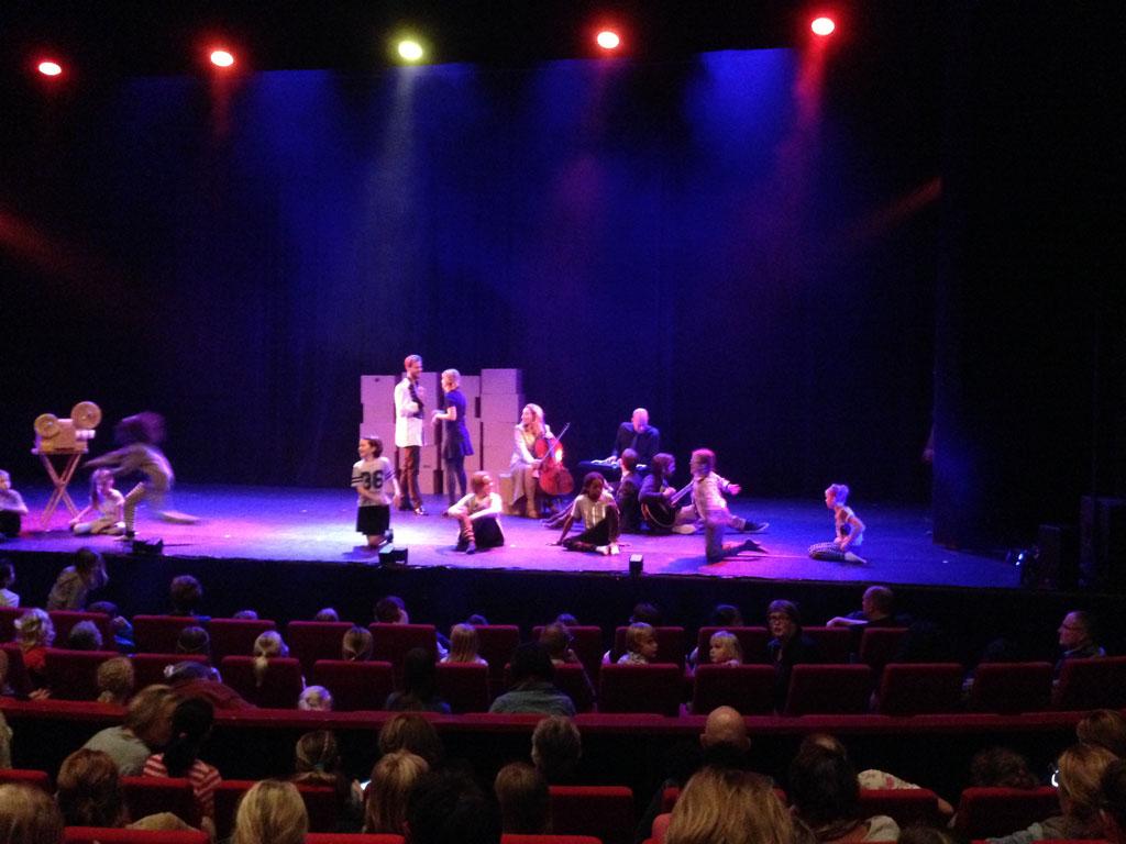 Bij binnenkomst in de theaterzaal is er al van alles te zien op het podium.