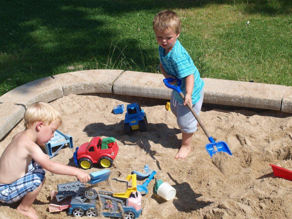 Een zandbak: zo simpel, maar goed voor uren speelplezier.