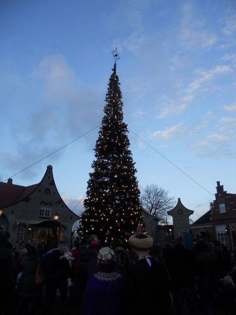 De kerstboom gaat bijna aan.....