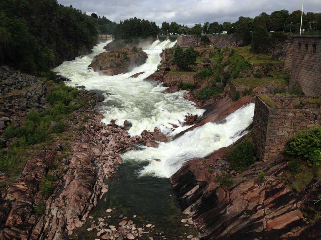 Het water komt van drie kanten en is bijna bij elkaar.