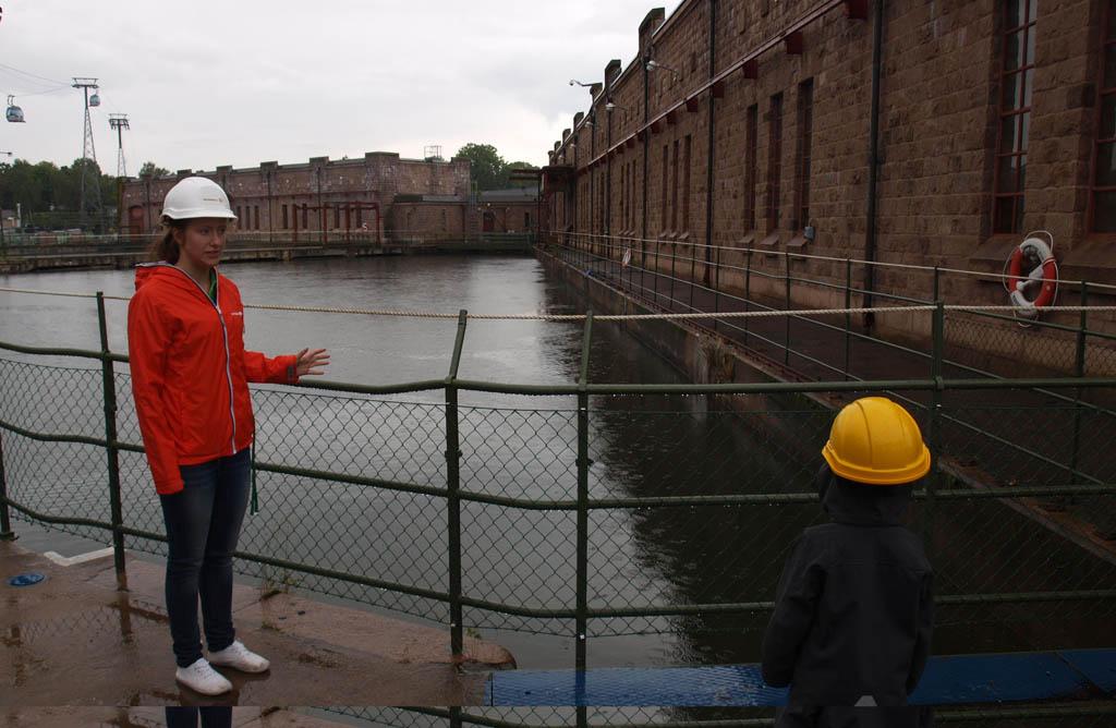 Een gratis rondleiding bij de waterkrachtcentrale in Trollhattan. Maar: helm op!