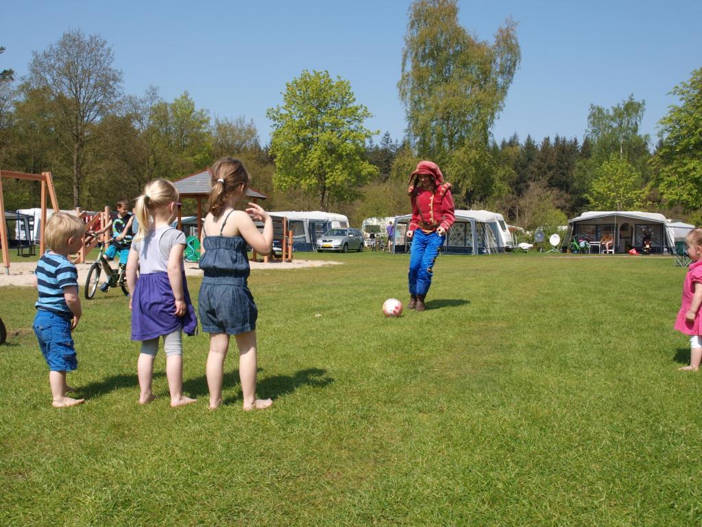 Het veld zelf bood wel voldoende speelruimte, bijvoorbeeld om met Hannah te voetballen.