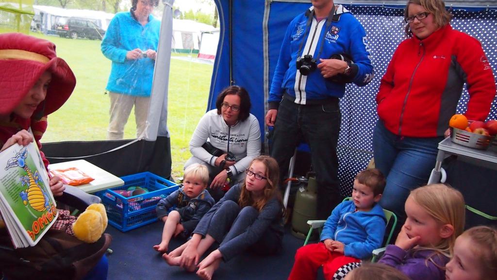 Hannah de Heldhaftige kwam voorlezen in de tent. Natuurlijk deelden we dit bijzondere moment met de vriendjes en vriendinnetjes.