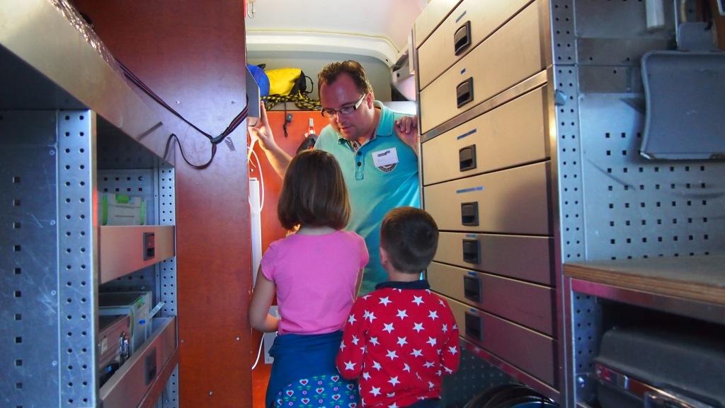 Een kijkje nemen in de geurwagen tijdens het Weekend van de Wetenschap bij Witteveen + Bos.