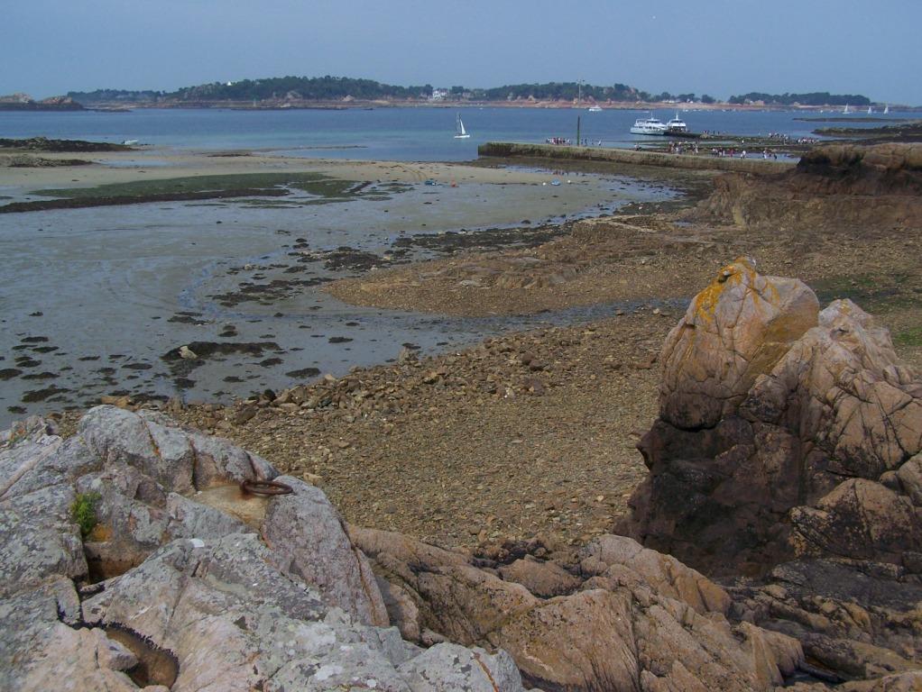 Zicht op Ile de Brehat. Rechts is de boot te zien, inclusief de pier.