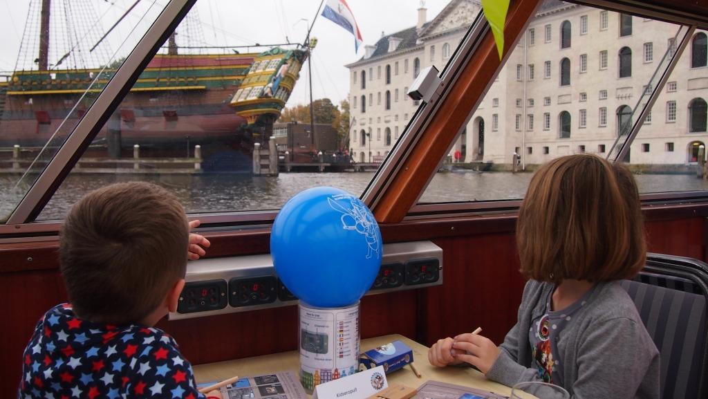 Bij het Scheepvaartmuseum voeren we bijna tegen het VOC-schip aan, zo dichtbij kwamen we!