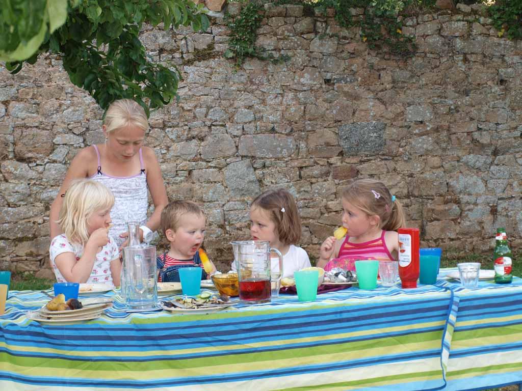 Samen aan de kindertafel een ijsje eten.