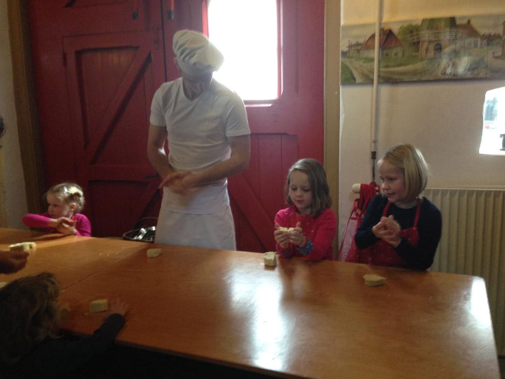Tijdens het bakken: eerst het deeg goed kneden.