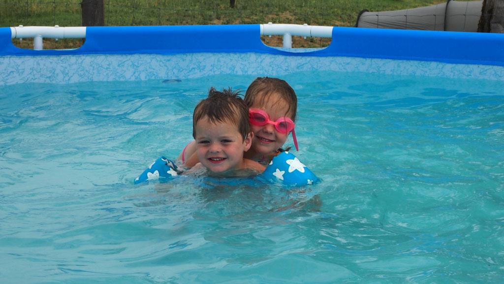 Lol in het zwembadje.