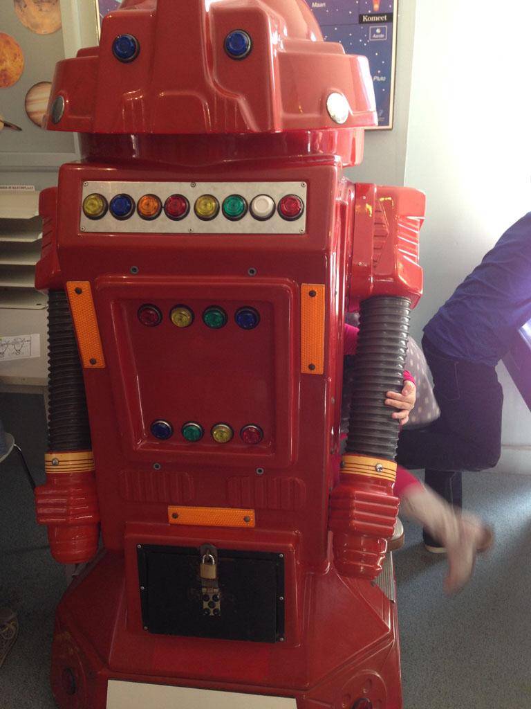 Maureen kruipt in de robot.
