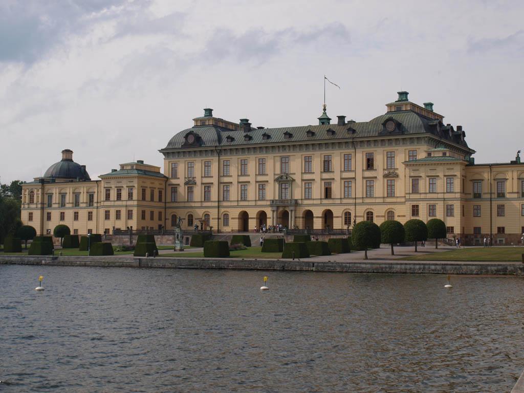 Drottningholm Slott ligt aan de voorzijde aan het water.